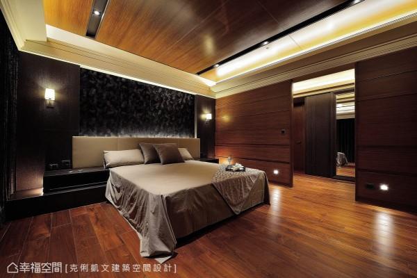 质感别致的黑色花绒床头,衬佐层次丰富的光线交织,呈现出特殊肌理的迷人风貌。