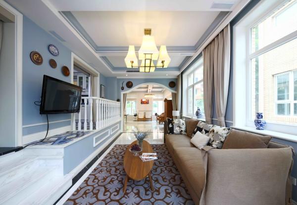 一套别墅总要有私密空间也要有家庭娱乐室,此次家庭室空间依然以蓝灰色为主色,使用棕、米黄等配色,使空间色彩丰富,氛围温馨。棉麻质沙发,宽松柔软,十分舒适。背景墙上的饰品也是业主从国外带回来的。