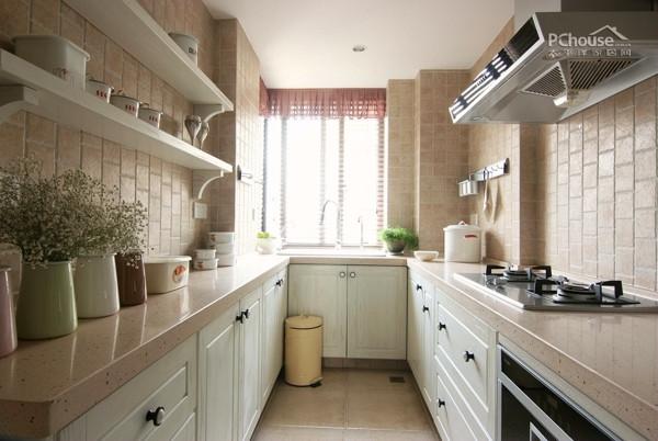 在厨房设计上,大多为简单的直线,横平竖直,减少了不必要的装饰线条,用简单的直线强调空间的开阔感,而且简约风格橱柜讲求功能至上,形式服从功能。