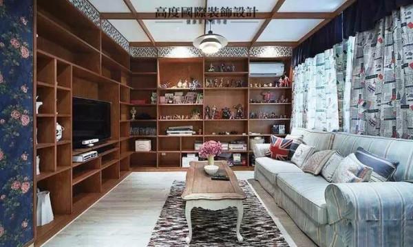 客厅的装饰柜整整做了两面墙,业主自己是一个动漫迷,家里收集的也是非常的多,设计师就建议业主做装饰柜,效果真心的不错。所有的都摆放出来,还有很多余的空间,可以放一些书来装饰。