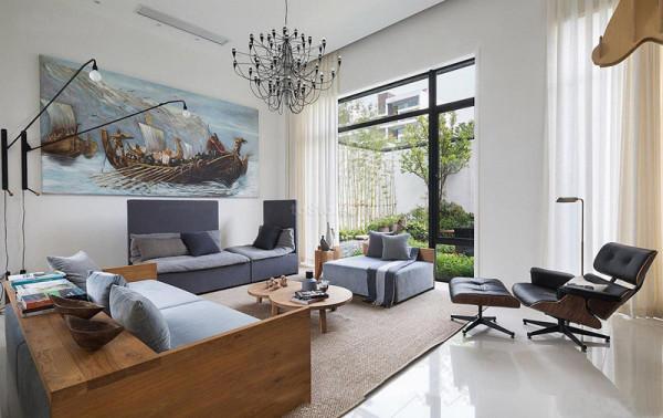 地面用浅色玻化砖800*800大气整体,楼梯间和餐桌的原木色跟整体风格协调,返璞归真。配画用油画的处理方式描绘的古典欧式大船栩栩如生,寓意一帆风顺,整体蓝色调和沙发家具很搭。