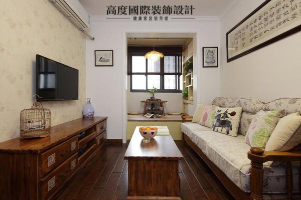 客厅看起来小巧而温馨,电视背景墙贴上了略具田园风情的壁纸,与中式实木的老家具毫不违和,淡淡的自然气息与怀旧交杂。