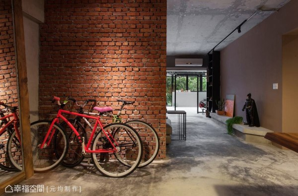 以古老的建筑工法,直横交错堆栈的红砖墙面,搭配一旁以枕木作为框架的大面明镜,为夫妻俩的新婚甜蜜生活揭开序幕。