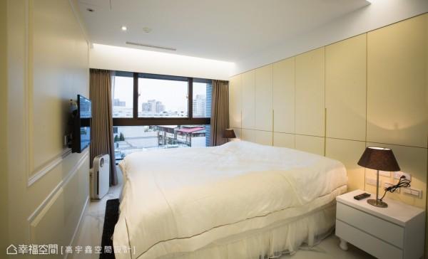 位于床尾的卫浴空间,响应居者需求向卧房推移,而床因应梁体存在规划大面积收纳柜,鹅黄温馨的色调则是屋主耽溺的甜美温馨美式梦境。