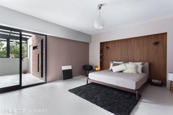 以简约淡雅的中性色调,搭配温润的钢刷实木主墙,营造纾压的休憩空间。