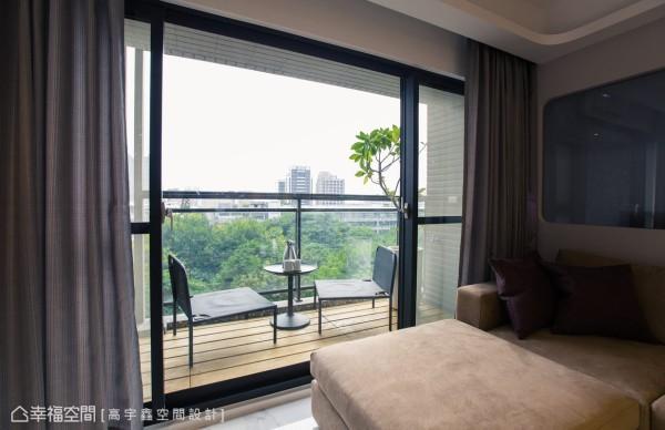 木地板与简单的户外家具配置,拥有充沛采光、绿意景致的阳台,不仅仅是客厅的景致,更是家人休假时放空、午茶的休憩空间。