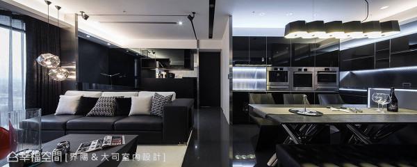 从厨房延伸至餐厅、客厅的不锈钢元素,与适度的黑白二色铺陈,构筑黑银时尚的前卫利落感。