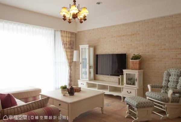 大面积的文化石墙,围塑家的自然乡村风情,其淡雅的色调搭配上纯白系家具,共谱温馨适切的生活氛围。