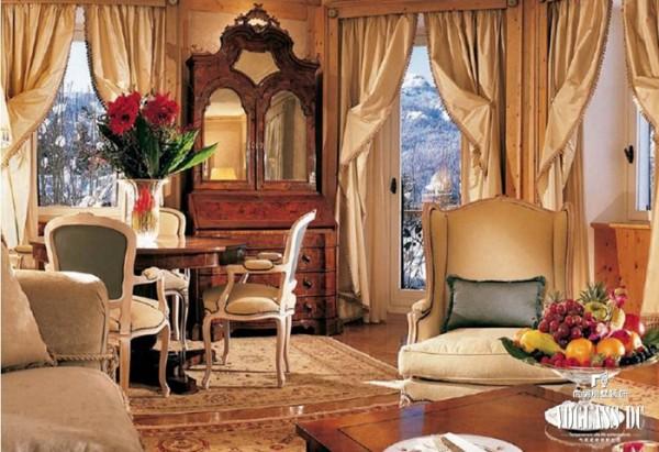 客厅是家具布置的中心,适当地在客厅运用装饰画和装饰品充分展示出个人风格,再将适量的花艺绿植搬进家中,让客厅充满鲜活的自然气息,带来一种清新的舒畅感。