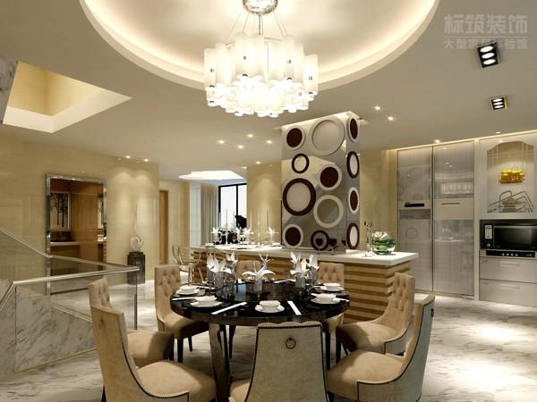 简欧风格的餐桌椅,经典永恒,现代简约黑白原点相间,实现了色彩的跳跃,使空间多了一份了灵动。花型吊灯,唯美绽放,带来丝丝浪漫氛围。