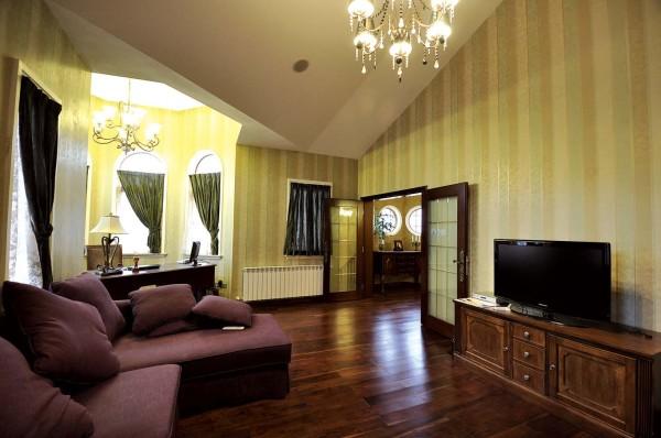 美式家居的书房简单实用,但软装颇为丰富。