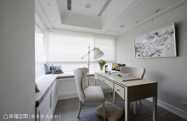 书房临窗处规划兼具收纳的面窗卧榻,为修饰书房窗下原建筑结构中的地梁, 60公分的适宜宽度,不仅能隐蔽地梁,也能让收纳空间扩大。