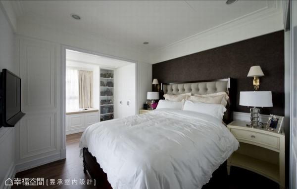 运用深色壁纸作为主卧背墙,中性的大地色系为空间带来静谧沉稳的气息,很有精品饭店舒适大器的FU。