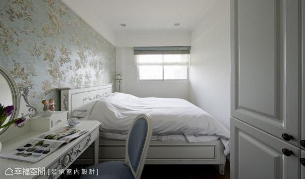 特别为长辈准备的孝亲房,以蓝色古典花壁纸为视觉主调,空间感明亮又舒适。