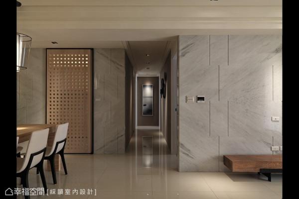 餐厨空间以巨纹橡木冲孔板作为门片屏隔,围塑整体美感之余,也能阻隔料理产生的油烟。
