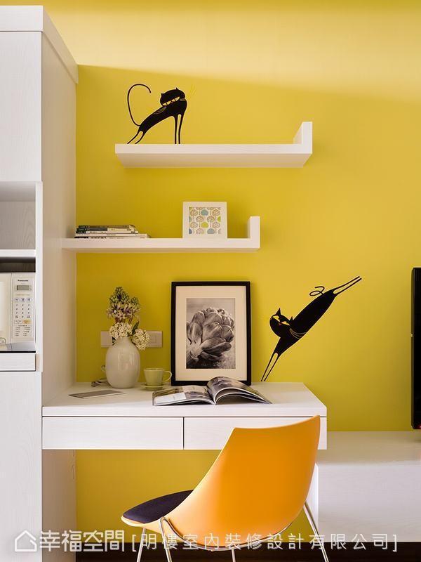 藉由橱柜延伸出的书桌,搭配现代简约款式的跳色单椅及可爱猫造型壁贴,围塑出轻松活泼的阅读氛围。