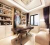 利用墙体的空间,打造一个隐蔽式的书柜,书柜中间配上典雅的色彩画,加上舒适的软沙发,不失时尚与温馨。