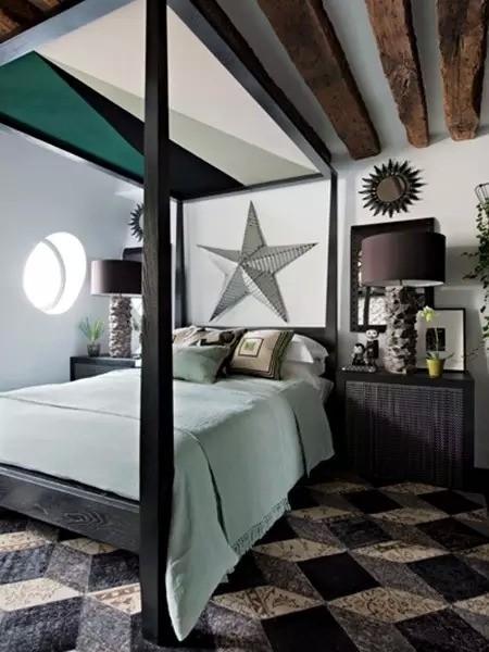 卧室墙上开了个圆窗,十分透亮。最吸引人眼球的要数帷盖大床,帷盖按几何形拼接而成,并覆以织物。这里的东西,无论是金属星星、床头灯,还是镜子,都是设计师从市场淘来的。