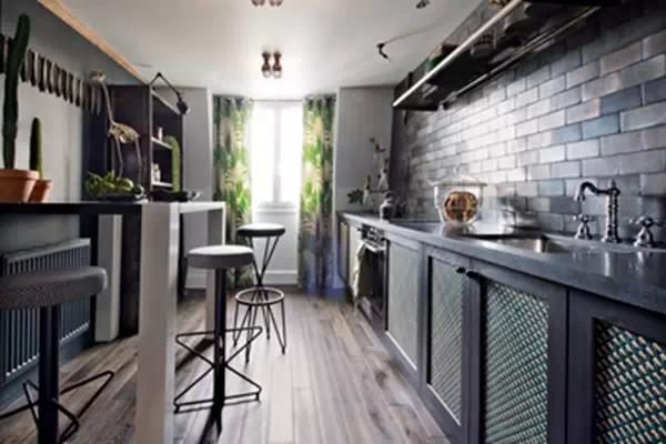 """""""几何""""壁纸,地板上铺的几何地毯,绿色几何图案窗帘。树枝形落地灯,非洲带回来的小桌,二手工业吊灯。对页:翠绿的帘子,配上绿色植物挂毯,在黑色墙面的衬托下,是否有在热带雨林穿行的感觉呢?"""