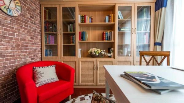 砖墙和古  朴的相框让这个书房与众不同,明明是二人办公  的小小空间,却有咖啡厅静谧闲适的味道,不知不觉沉溺其中,仿佛要开始一场身心的修行。