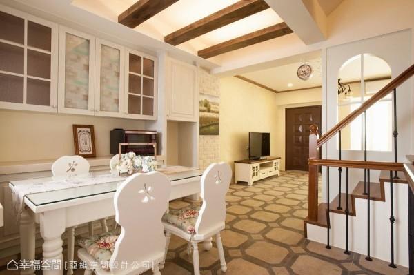 搭配纯白餐桌椅,以及木质白色柜体,巧妙融入碎花布料和植物花卉为装饰,带出清爽不失温润的用餐空间。