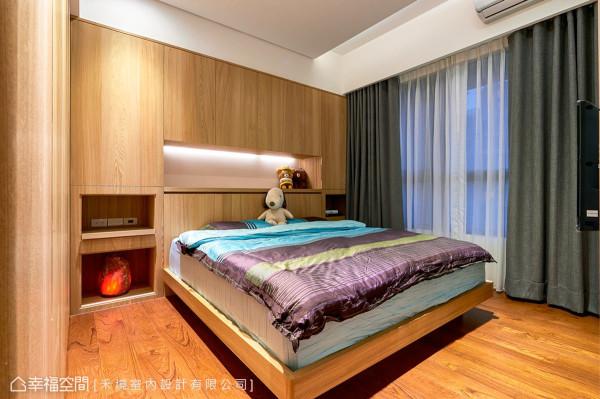 考虑床头上方的压梁问题,将床组外移,并订制了床头柜与置物平台,增添实用性的机能。