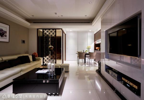 餐厅与客厅采开放方式的型态呈现,拉长视觉疆界,也铺呈空间的层次感。