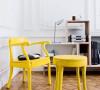点睛靓色:有着高饱和度的纯色家具是空间搭配的杀手锏之一,尤其适合白色、黑色等纯色空间。想要挑战高难度的,可以将家具和背景来个撞色搭配,此时在背景色中宜加入适当的灰度。