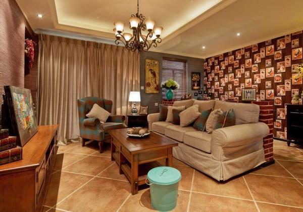 先来一览整个客厅空间。经典的美式布艺沙发,搭配上木质的茶几、柜椅,美式乡村气息油然而生。