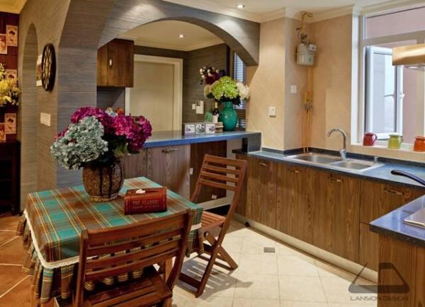 开放式的厨房和餐厅,与客厅、玄关相连,通过地砖做区域的区分,保证了视觉空间的宽敞性。
