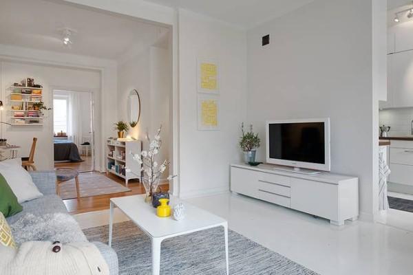 黄色抽象艺术画点缀了雪白的客厅空间。