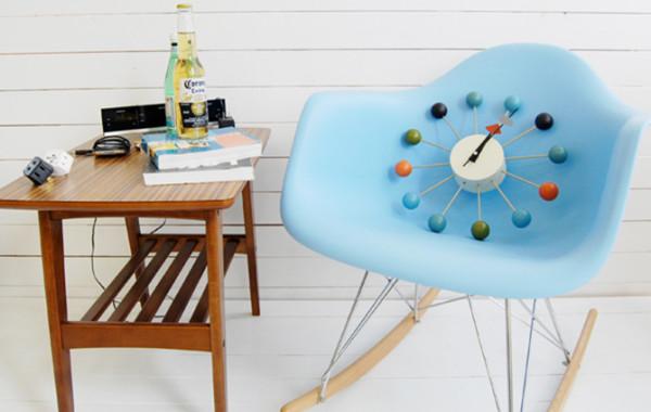 Ball  clock(彩球挂钟)自出品至今畅销全球半个多世纪,原版已经进入博物馆,被视为钟表设计的经典之作,被国内顶尖家居杂志ELLE、瑞丽频繁推介。挂钟金属部分全部采用进口铝合金制作,彩球采用实木烤漆。