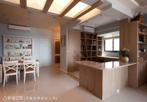 书房与公共空间则以地坪材质为区隔,在复古温润的木质色调中,与天花板相呼应。