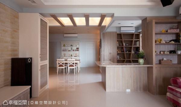 书房区设置拥有优美弧度的平台,巧妙让空间多了L型的吧台,让居住者多了一个休憩的地方。
