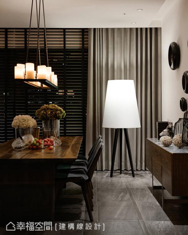 空间中的每个摆饰,都经过设计师的构思与铺陈。例如灯饰的位置及高度,都关乎居住者与美之间的律动;窗户的部分,则结合百叶与柔软的窗帘,将环境与工艺美感揉合出协调性。