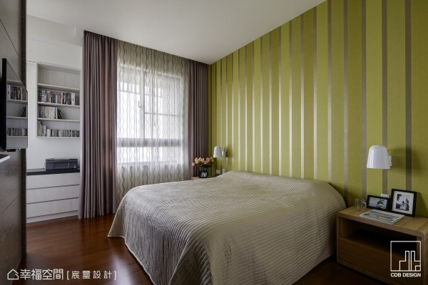 仅利用两盏床头灯便创造出主墙的对称安定,空间中醇厚的木质选色,搭衬上清爽的绿渐层壁纸,在看似大胆的跳色中,给予居者贴近自然的纾压感受。