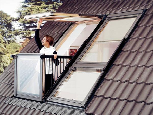 阳台窗常应用于私家别墅及高档酒店,由上下两部分组成,上面部分最大开启角度为45°,下部分窗可推开至90°,窗体适合安装在坡度为35°~53°之间的屋面上。可以单独使用,也可多组拼合在一起。