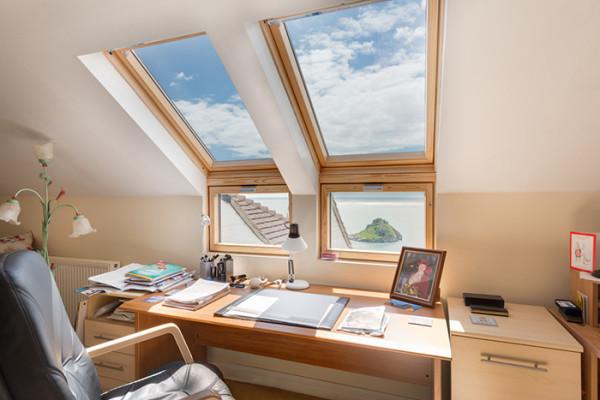 双开启的结构模式,既方便开关又拓展了单位空间,同时还起到了良好的通风效果。巧妙的合页设计,使窗户具有良好的密封性,即使是下雨天也不用担心雨水流进室内。