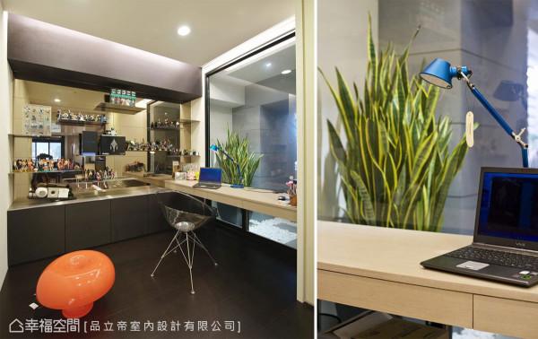 原先的厨房空间规划为地坪架高书房,备有拉门保有隐私弹性,屋主收藏的公仔展示于端景茶镜前,而与后阳台衔接的透明隔间,则规划办公阅读的桌台。