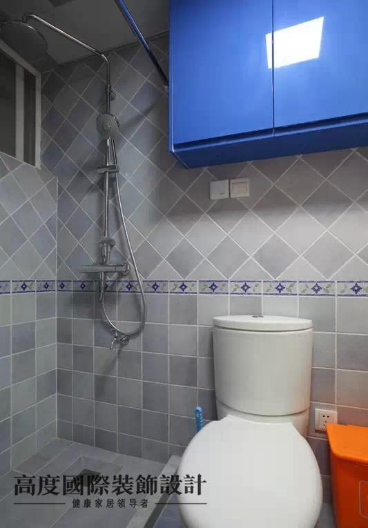 卫生间做了蓝色的吊柜