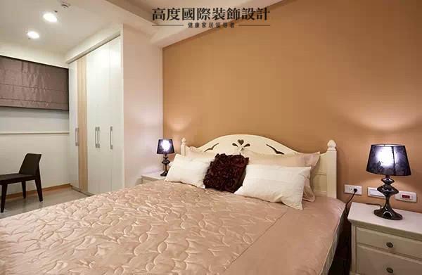设计师选购带有乡村语汇的家具,让空间温润而舒服,通往卫浴的门片则使用橡木染色木皮并搭配上茶镜,让层次更丰富。以特调的拿铁色作为空间主调,让主卧空间更显沉稳,编织出舒适的卧眠氛围。