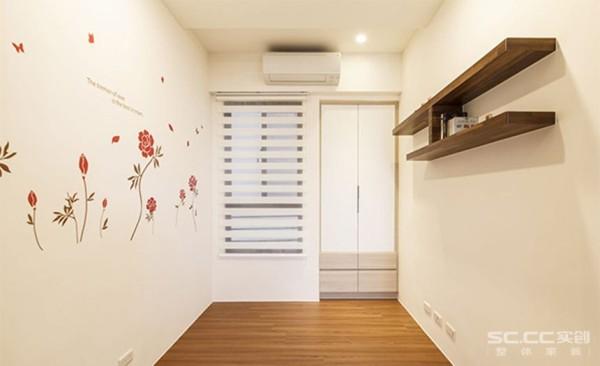 其他设计: 以柚木为木地板选色,呼应客厅空间的颜色基底,多功能室以两道折门为对外隔间,搭配简单的收纳、层板,搭配不同的空间使用,拥有自由弹性的功能变化