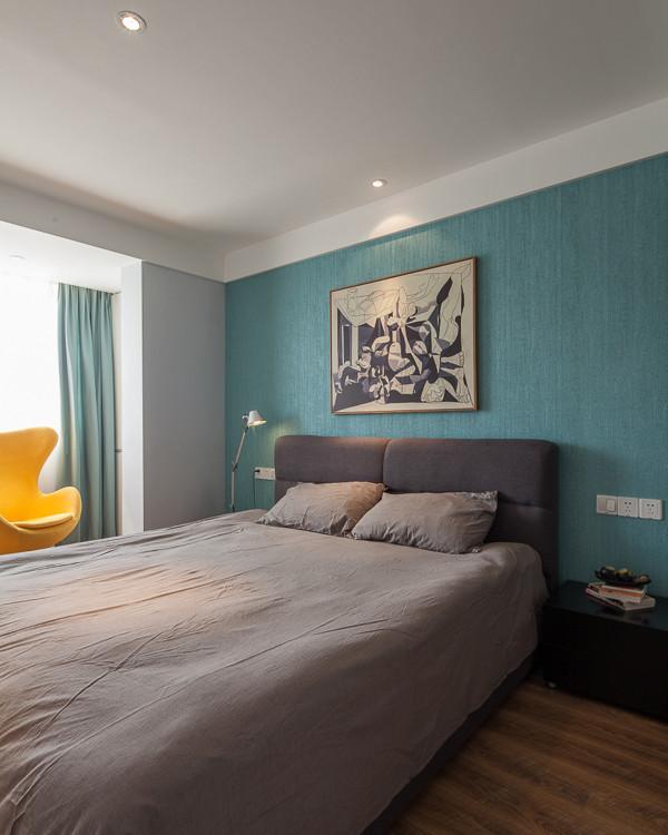 卧室设计: 房主期待睡眠空间要更干净、干纯,所以选择深蓝色壁纸、几何造型来布置主卧室。主卧室注重功能,简化设计,线条简练,多用明快的颜色。