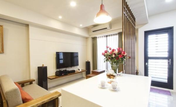 餐桌设计: 轻工业风灯具下方,小型的中岛吧台同时做为两人餐桌与厨房备餐台使用,并适度补充收纳功能,简洁利落的台面呼应空间的纯净基地,衔接时尚的厨房配色。
