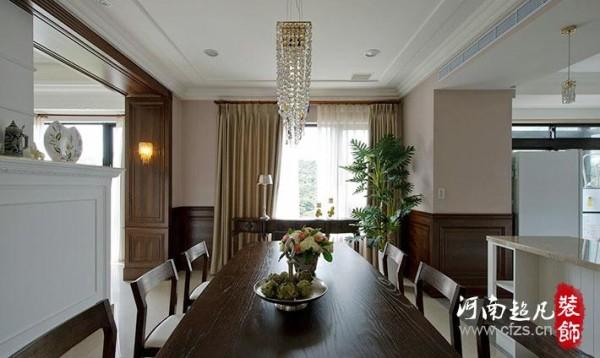 餐厅以深色贴皮半腰壁板衬托藕紫色的墙面跳色,利用光线与色彩的拼贴,架构出内外一致