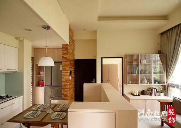 集层板用来修饰与遮挡后方电器柜,更让居家出入口拥有温润的自然氛围。