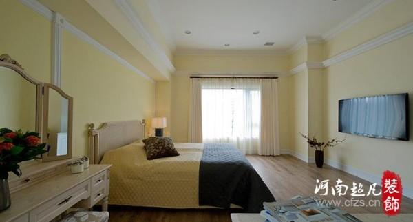 空间感十分开阔的纯白色主卧室,在淡黄墙色的衬托下更显出色。