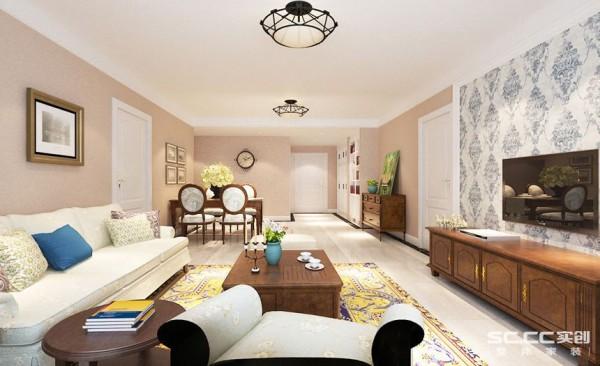 简约自然,光线充足的窗户,将外部环境融入室内,宽大舒适的沙发在灯体照耀下呈现明暗不一的柔软质感,奶白色的靠枕点缀其中,浅蓝色靠枕呈现出光滑靓丽的造型,色彩斑斓合成纤维地毯。