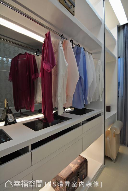 设置女主人的化妆桌外,珠宝柜也镶嵌透明玻璃,让饰品配件一目了然。