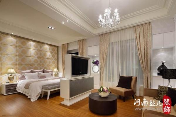 主卧睡眠区与起居室之间以旋转电视柜为屏,兼具双向功能。